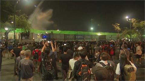 泰千名示威者大皇宮示威 警水炮車橡膠子彈驅離