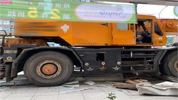 疑機械故障衝人行道!大型吊車撞毀公車亭