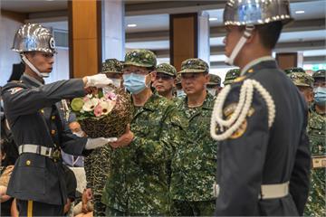 快新聞/2飛官英勇犧牲殉職 嚴德發率將領獻花「感謝為國奉獻」