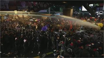 雨傘護身vs.水炮車清場 泰反政府示威警方強勢鎮壓