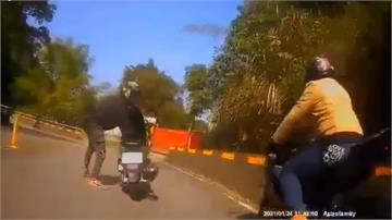 不滿重機急煞逼車 騎士攔車怒揮短棍