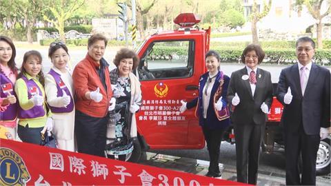 這回沒要「阿姑親一下」...   現身花蓮消防局 周遊捐贈消防越野車