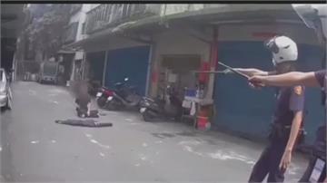 斧頭從耳邊飛過!恐怖雙刀男扔斧頭 勇警機警壓制