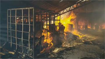 濃煙伴爆炸!台中大雅木材廠大火老闆急救火燙傷送醫 估財損50萬