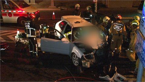 搶上匝道2車碰撞 1車頭被削斷 2駕駛受困