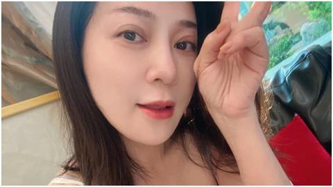 王彩樺白襯衫「扣子炸2顆」定裝 逆齡雙馬尾網喊:造型好萌!