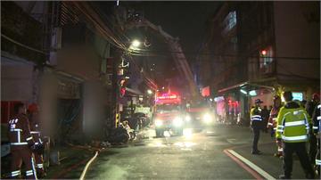 新店機車行深夜竄火 疏散5人、2人送醫