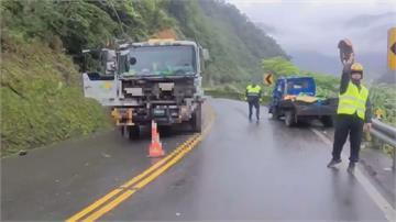 台七甲線意外頻傳 雪壓倒路樹險砸人!小貨車跨越雙黃線撞對向大貨車1死
