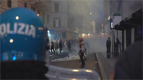 羅馬上萬人上街抗議健康通行證 警催淚彈、水砲車強勢清場