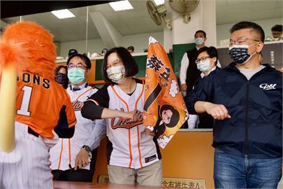 快新聞/親臨中職開幕戰 蔡英文:見證世界職棒的第一球