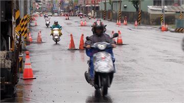 挑戰用路人極限!台南上百個三角錐佔用道路