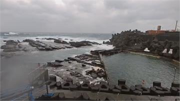 寒流持續發威 外木山仍有泳客下水