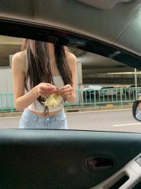 辣翻!短褲細肩帶正妹車陣賣玉蘭花 駕駛暈:買到讓她開花店!