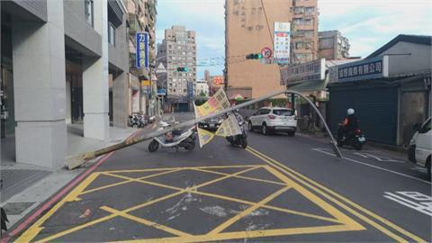 嚇! 新北颳強風吹倒路燈 轎車路過慘被擊中