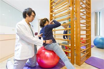身體不對稱當然「背凸」! 2點看你有沒有脊椎側彎 健康321
