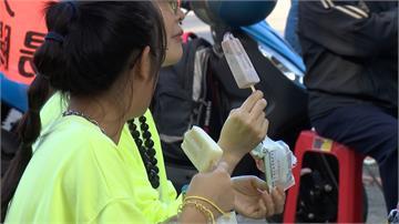 初四高雄天氣熱 遊客走春糖廠吃冰消暑
