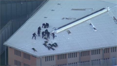 囂張!澳洲監獄暴動 囚犯縱火還爬上屋頂慶祝