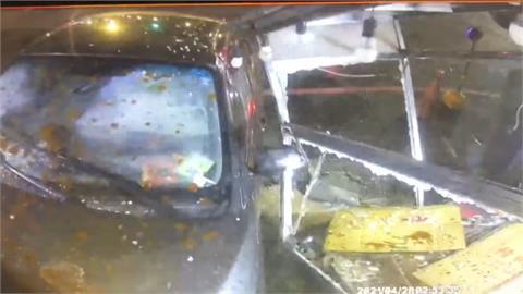 不熟路況轎車直直撞進烤鴨店 網:烤鴨得來速?