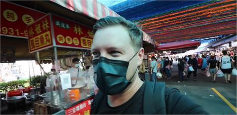 興達港漁市場現做魚丸擄獲老外 大讚:隔著口罩都聞得到有多香