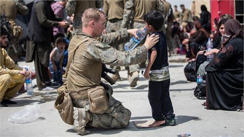 阿富汗孩童沒水喝…美國大兵「跪地餵水」1人1口暖心畫面曝光