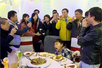 柯文哲出席民進黨台北市春酒 遭基層嗆下台