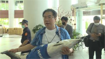 陳時中將旋風訪台南!黃偉哲搶先秀黑面琵鷺「阿中服」