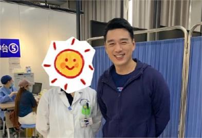王耀慶「中國打疫苗」與醫護合照曝光!曾高唱《我的祖國》惹議