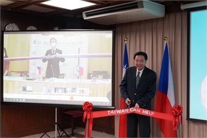 快新聞/台灣捐贈捷克口罩生產線今啟用 吳釗燮、韋德齊線上再相聚