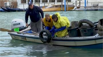 威尼斯運河下滿是廢棄物 2月起已撈起3.5噸垃圾