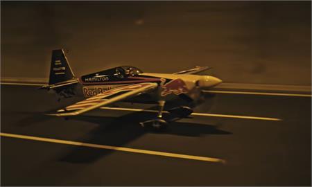 挑戰駕機低空穿越隧道 團隊披露幕後花絮