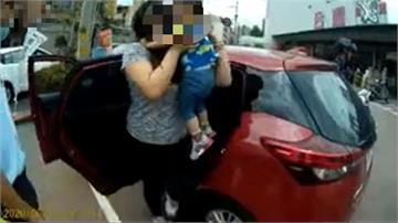 童誤按車鎖困車內 警破窗救人