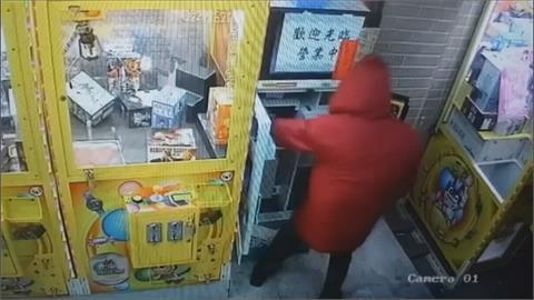 賊星該敗 娃娃機大盜弄丟腰包被逮!