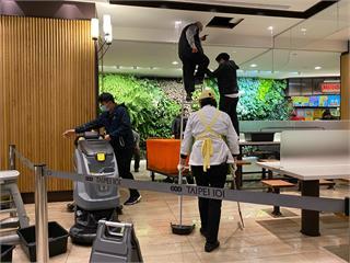 快新聞/大量污水從管線噴出! 台北101美食街天花板漏水 工作人員急搶修中