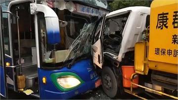 新北新莊遊覽車撞垃圾車 雙方駕駛一度受困