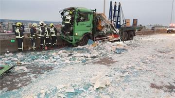 台中西濱貨車撞吊車 後方回堵又追撞