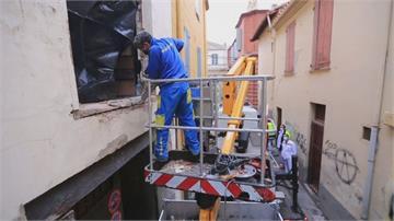 拆房鑿牆派起重機 救300公斤法男出門