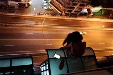 險!醉女卡18樓遮雨棚  消防員垂掛救援