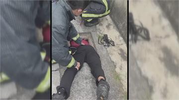 女童小腳卡進排水孔洞 消防員鑽進水溝助脫困