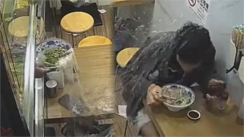 湯灑水管破!中國男吃麵餐點狂毀 網笑:哪來的地獄倒楣鬼
