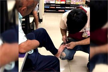 超商店員幫截肢阿伯剪指甲 旁人大讚佛心