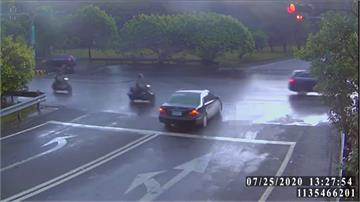 看導航未注意號誌 台商闖燈撞三車