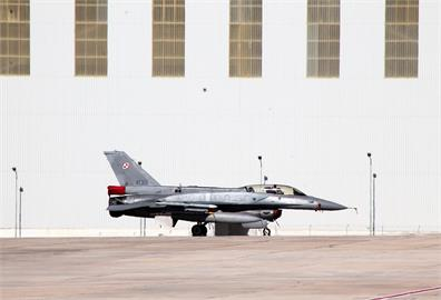 《戰區》曝25架共機擾台當天 美軍F-16掛「實彈」出勤!