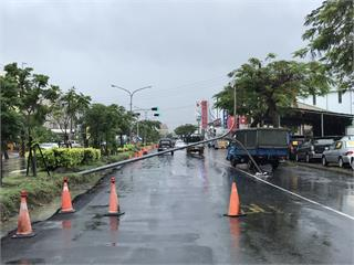 快新聞/大雨猛襲! 台南市安南區北安路「路燈倒塌」 幸無人傷
