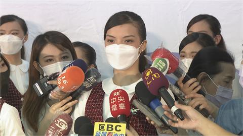 台北大學國慶親善團赫見「張榕容」 特訓「眼睛微笑」熱情迎賓