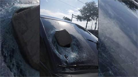 枕木噴飛命中轎車擋風玻璃 大貨車駕駛慘了...
