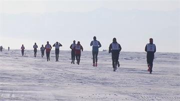 世界最深湖上跑馬拉松 氣候變幻莫測考驗耐力