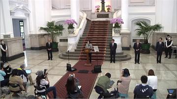 蔡總統敞廳記者會 率官員示範社交距離