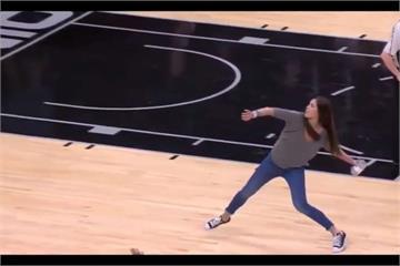 籃球美女狀元「雷射肩」 丟T恤至二樓看台超狂