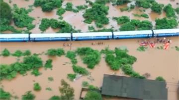印度暴雨成災!火車「擱淺」逾千名乘客受困