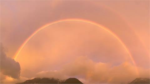 滿天橘紅霞光中「出現絕美彩虹」!福壽山農場美景如仙境